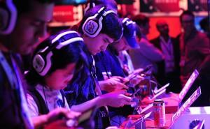 155033-970x600-1-300x185 Jogos mobile estavam por toda parte nessa E3. Na foto, pessoas testando jogos em iPods (foto: reprodução / Uol)