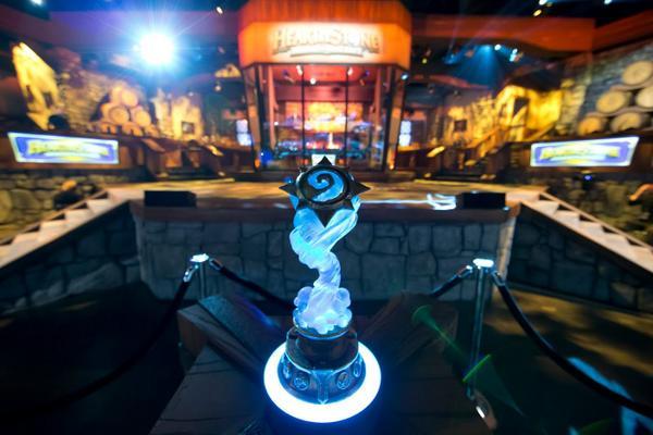 hearthstone-trofeu Hearthstone desbanca Smash Bros e vence como melhor jogo para portátil/mobile