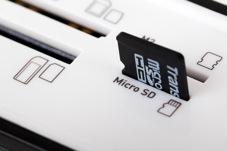 micro-sd-card-in-a-reader Pare de Comparar Smartphones com os Consoles de Videogame da Geração Atual