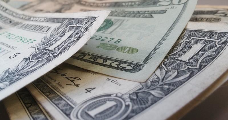 dinheiro-dolares Pessoas jogaram menos jogos mobile em 2017, mas gastaram mais, revela estudo